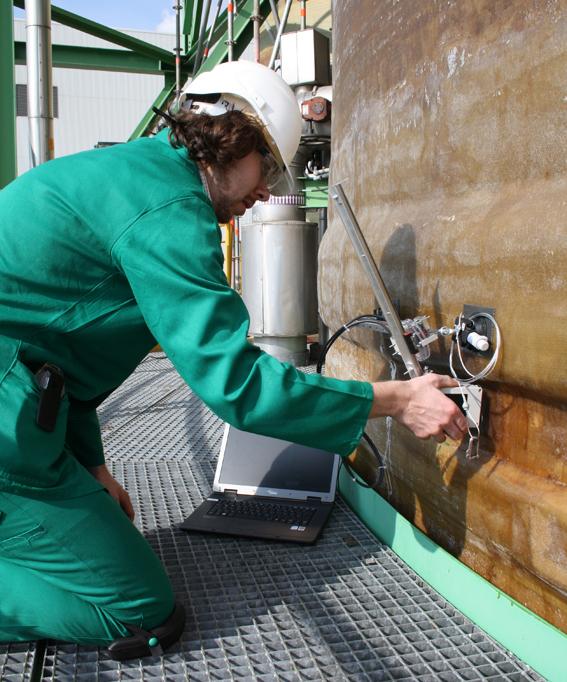 Handscanner im Einsatz am Absorberturm einer Raffinerie